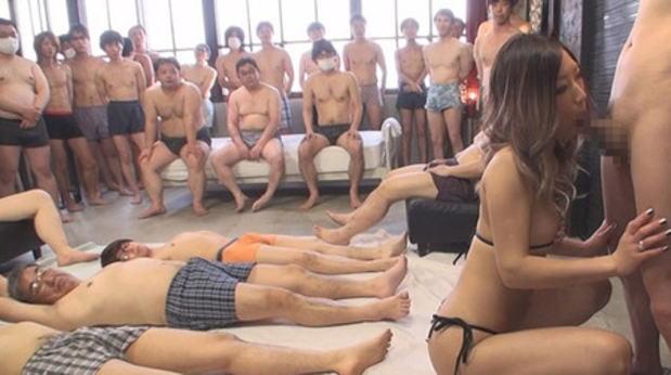 【エロ画像】1人のビッチ女に順番待ちをしてる男たちの光景www女のメンタル凄すぎやろwwwwwwwwwwwww・6枚目