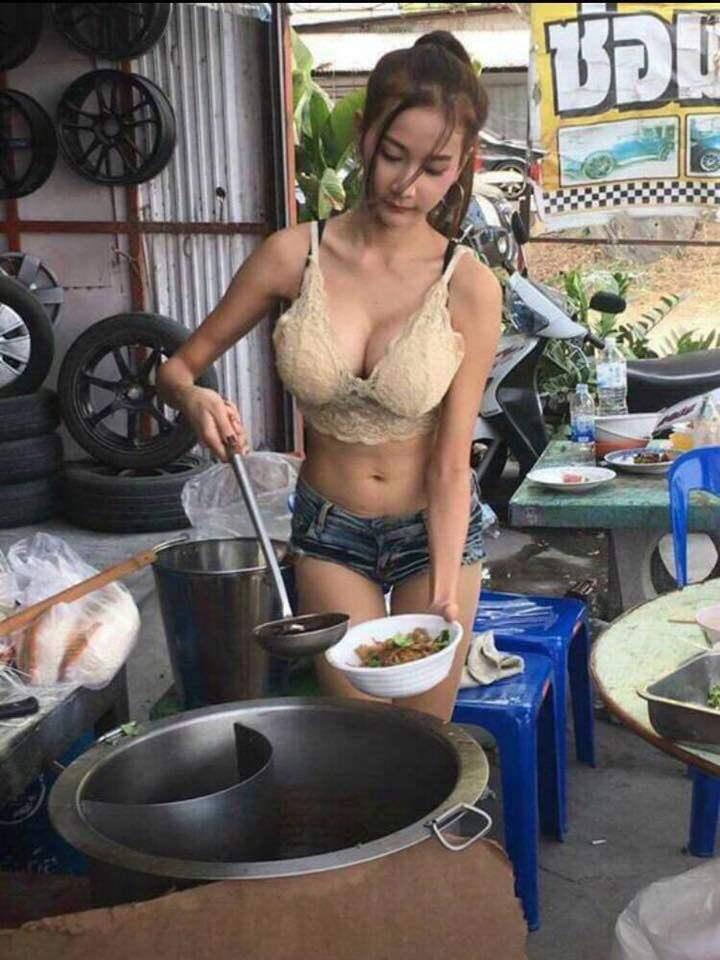 【※売上アップ】アジアの屋台の売り子がエロすぎると話題に。このアダルト商法は卑怯やろwwwwwwwwwwwww(画像)・6枚目