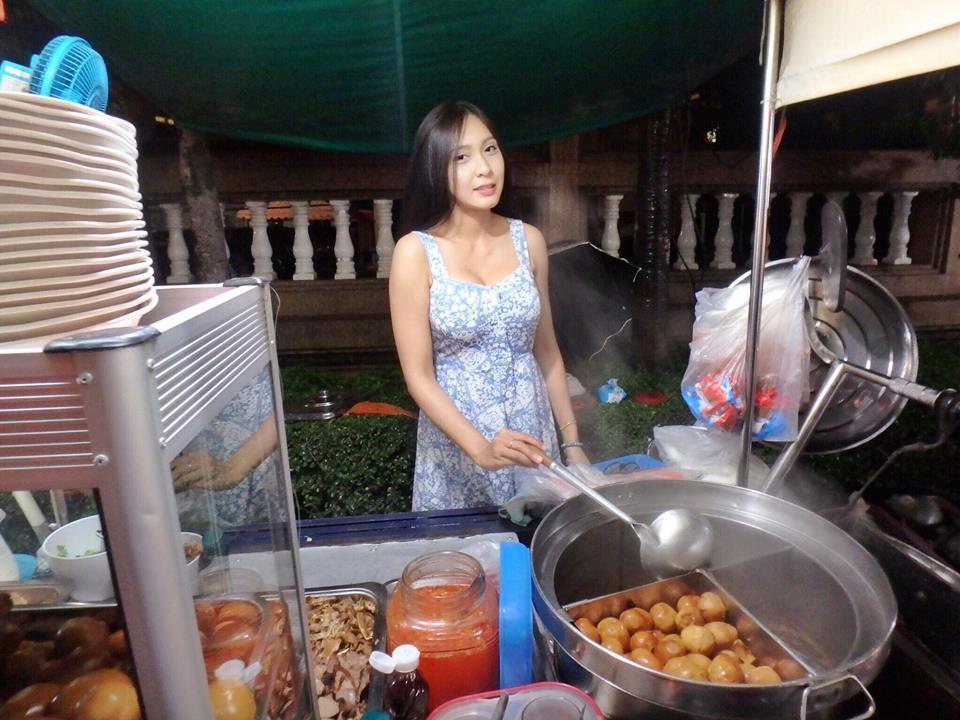 【※売上アップ】アジアの屋台の売り子がエロすぎると話題に。このアダルト商法は卑怯やろwwwwwwwwwwwww(画像)・9枚目