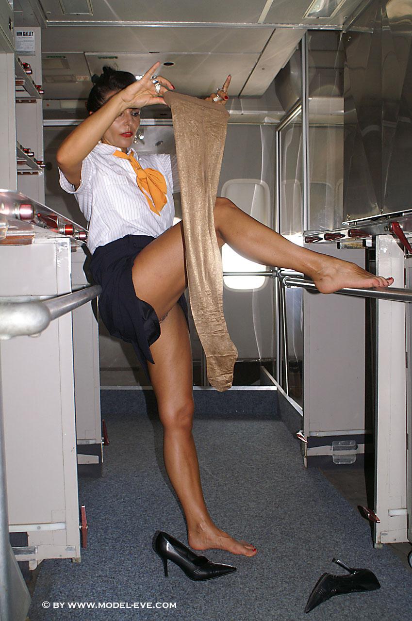 【不謹慎】CAが機内でエッチなおふざけ・・・画像が流出して大問題にwwwwwwwwwwwwwww(画像あり)・15枚目