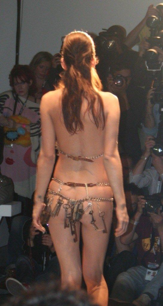 【理解不能】ファッション無しの「全裸ファッションショー」が開催されるwwwwwwwwwwwwww(エロGIF)・12枚目