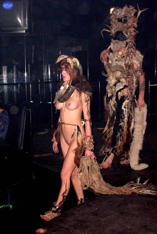 【理解不能】ファッション無しの「全裸ファッションショー」が開催されるwwwwwwwwwwwwww(エロGIF)・13枚目