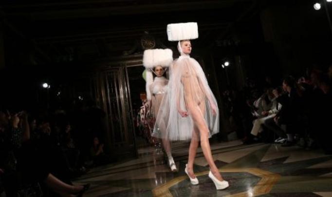 【理解不能】ファッション無しの「全裸ファッションショー」が開催されるwwwwwwwwwwwwww(エロGIF)・14枚目