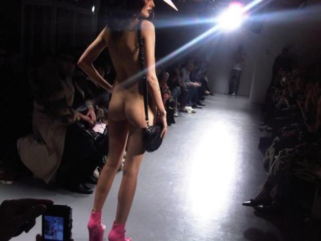 【理解不能】ファッション無しの「全裸ファッションショー」が開催されるwwwwwwwwwwwwww(エロGIF)・15枚目