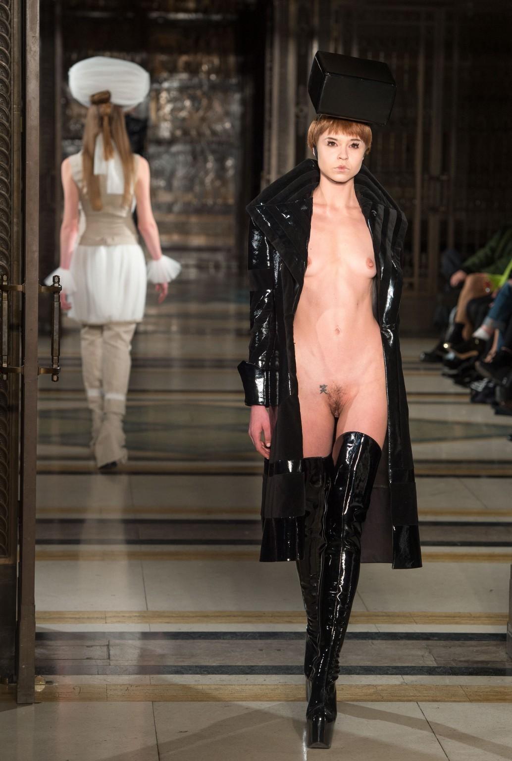 【理解不能】ファッション無しの「全裸ファッションショー」が開催されるwwwwwwwwwwwwww(エロGIF)・17枚目