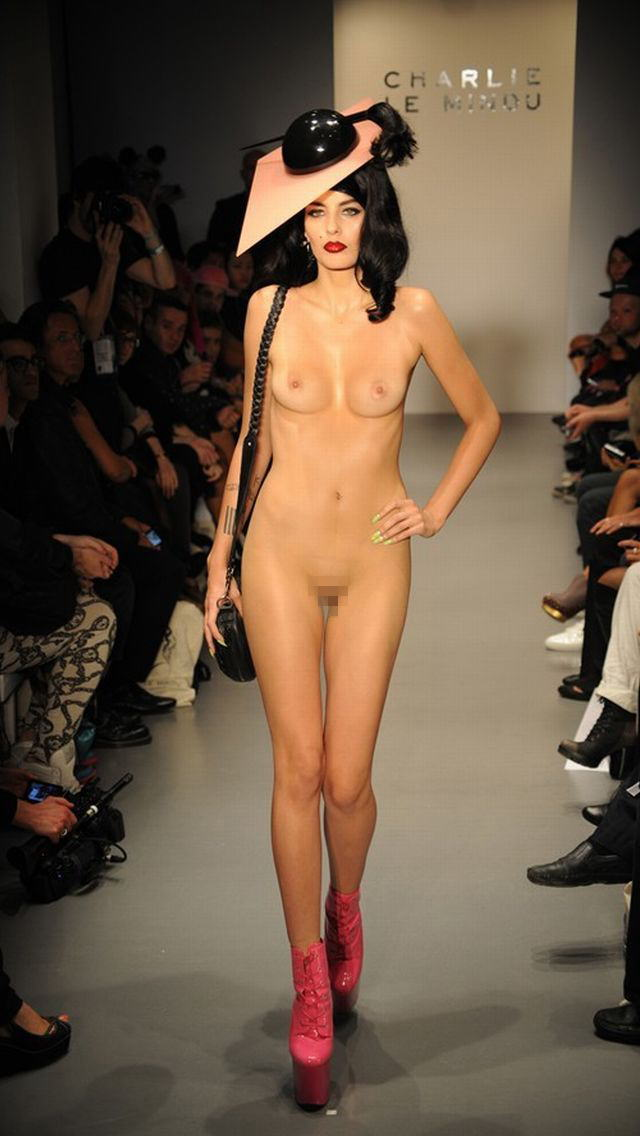 【理解不能】ファッション無しの「全裸ファッションショー」が開催されるwwwwwwwwwwwwww(エロGIF)・18枚目