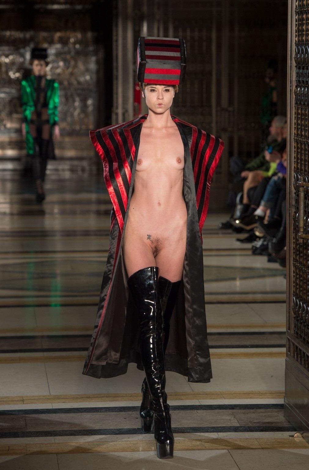 【理解不能】ファッション無しの「全裸ファッションショー」が開催されるwwwwwwwwwwwwww(エロGIF)・23枚目