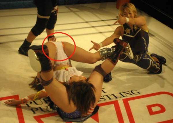 【エロ画像】女子プロレス業界がチケットを売る為にエロ路線に走るwwwwwwwwwwwwwwww・24枚目