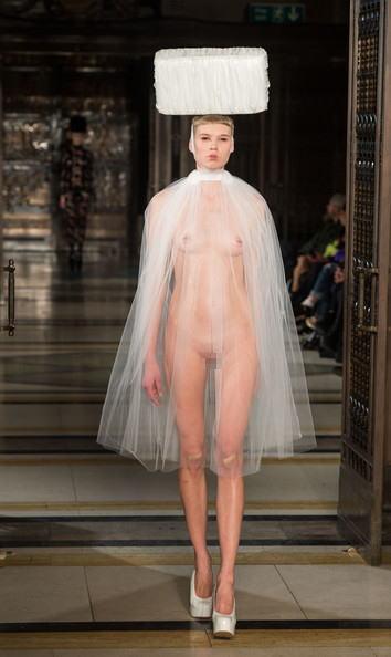 【理解不能】ファッション無しの「全裸ファッションショー」が開催されるwwwwwwwwwwwwww(エロGIF)・26枚目