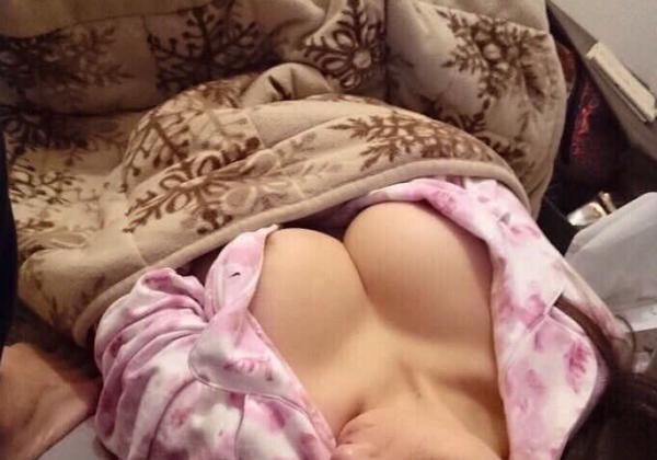 【朗報】ワイの彼女(爆乳)コタツで寝たからうpするンゴwwwwwwwwwwwwwwwwwwww(画像あり)