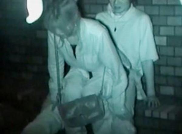 """【悲報】夜中に青姦するバカップル、見事に """" 暗視カメラ """" で撮影されるwwwwwwwwwwwwwww(画像あり)・16枚目"""