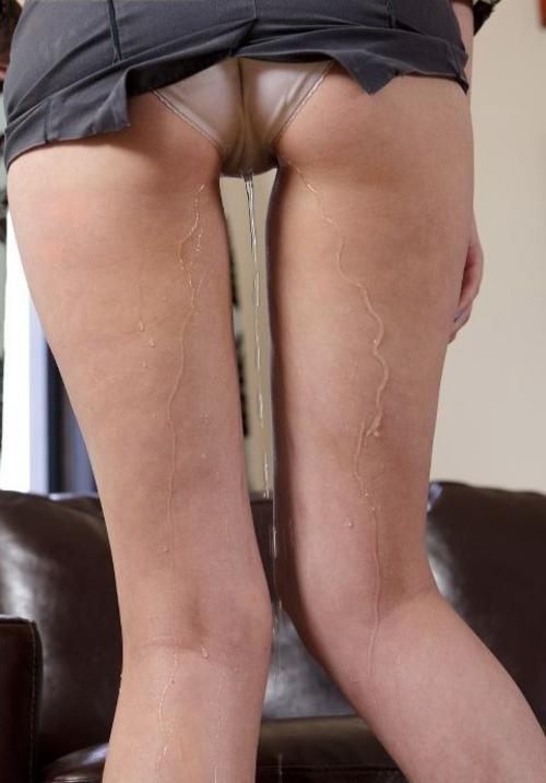 【エロ画像】パンツ脱ぐ前に盛大にお漏らしした女が撮影されるwwwwwwwwwwwwwww・2枚目