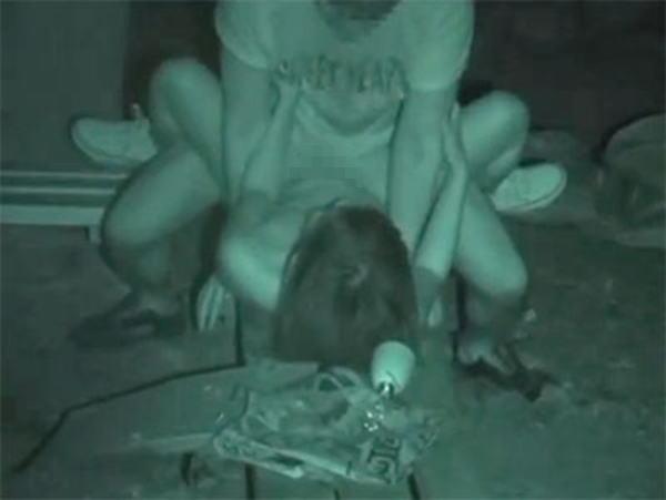 """【悲報】夜中に青姦するバカップル、見事に """" 暗視カメラ """" で撮影されるwwwwwwwwwwwwwww(画像あり)・27枚目"""