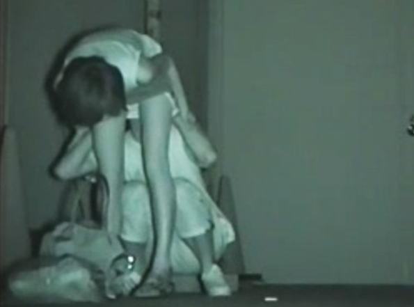 """【悲報】夜中に青姦するバカップル、見事に """" 暗視カメラ """" で撮影されるwwwwwwwwwwwwwww(画像あり)・28枚目"""