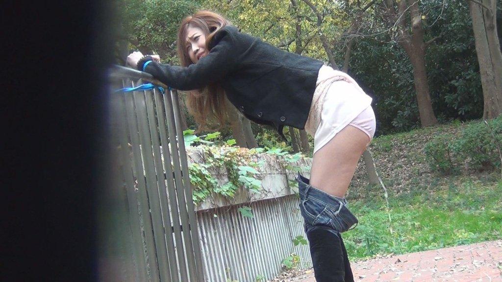 【エロ画像】パンツ脱ぐ前に盛大にお漏らしした女が撮影されるwwwwwwwwwwwwwww・7枚目