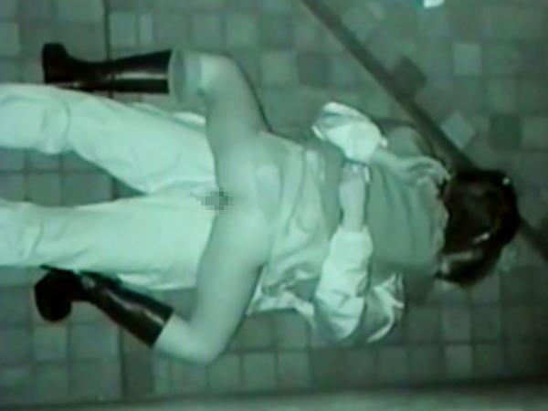 """【悲報】夜中に青姦するバカップル、見事に """" 暗視カメラ """" で撮影されるwwwwwwwwwwwwwww(画像あり)・7枚目"""