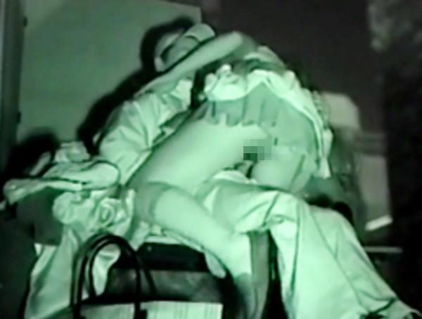 """【悲報】夜中に青姦するバカップル、見事に """" 暗視カメラ """" で撮影されるwwwwwwwwwwwwwww(画像あり)・8枚目"""