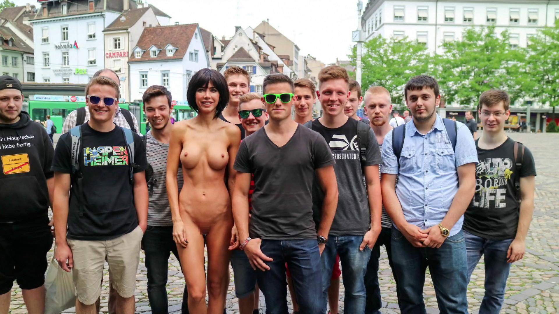 【露出狂】生乳とマンコをこどもにも触らせて逮捕されたヘンタイ女wwwwwwwww・11枚目