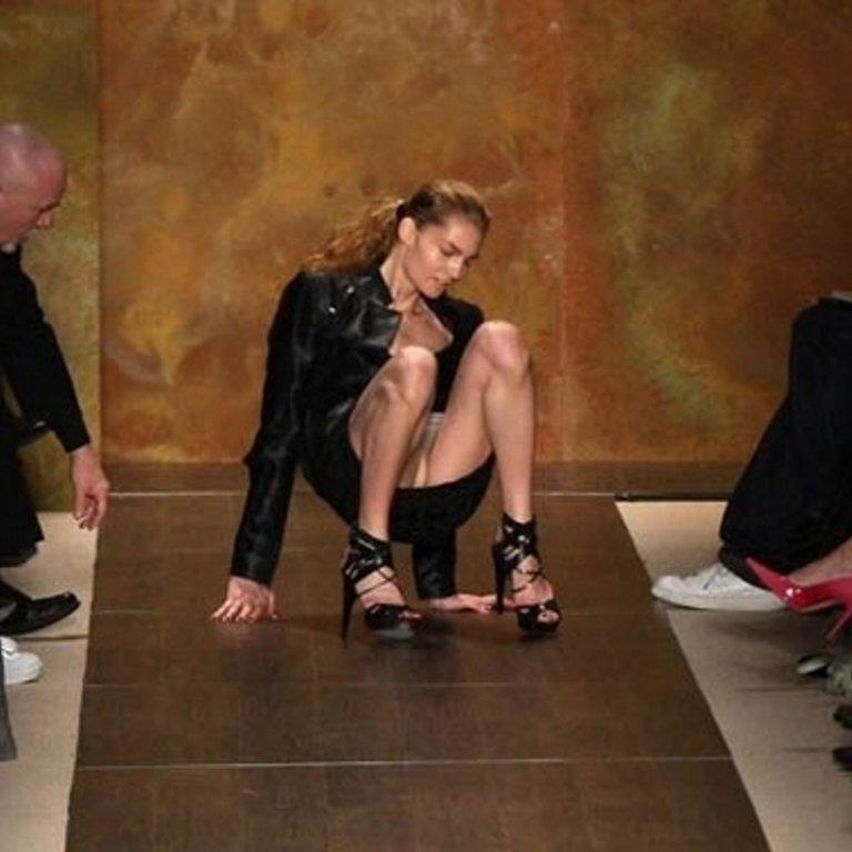 【悲 報】モデルまんさん、ショーで見事なパンチラを披露するwwwwwwwwwwwwwww(画像あり)・9枚目