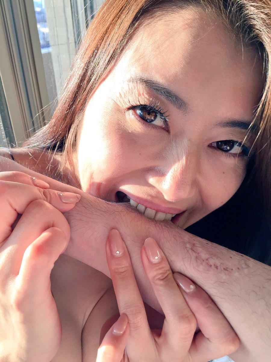 【エロ画像】大好きな男を「噛む」事に喜びを感じるまんさんをご覧くださいwwwwwww・13枚目