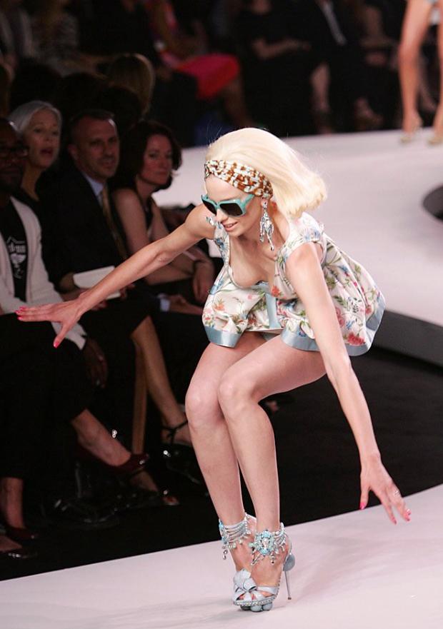【悲 報】モデルまんさん、ショーで見事なパンチラを披露するwwwwwwwwwwwwwww(画像あり)・12枚目