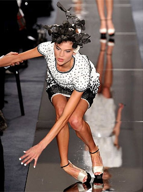 【悲 報】モデルまんさん、ショーで見事なパンチラを披露するwwwwwwwwwwwwwww(画像あり)・18枚目