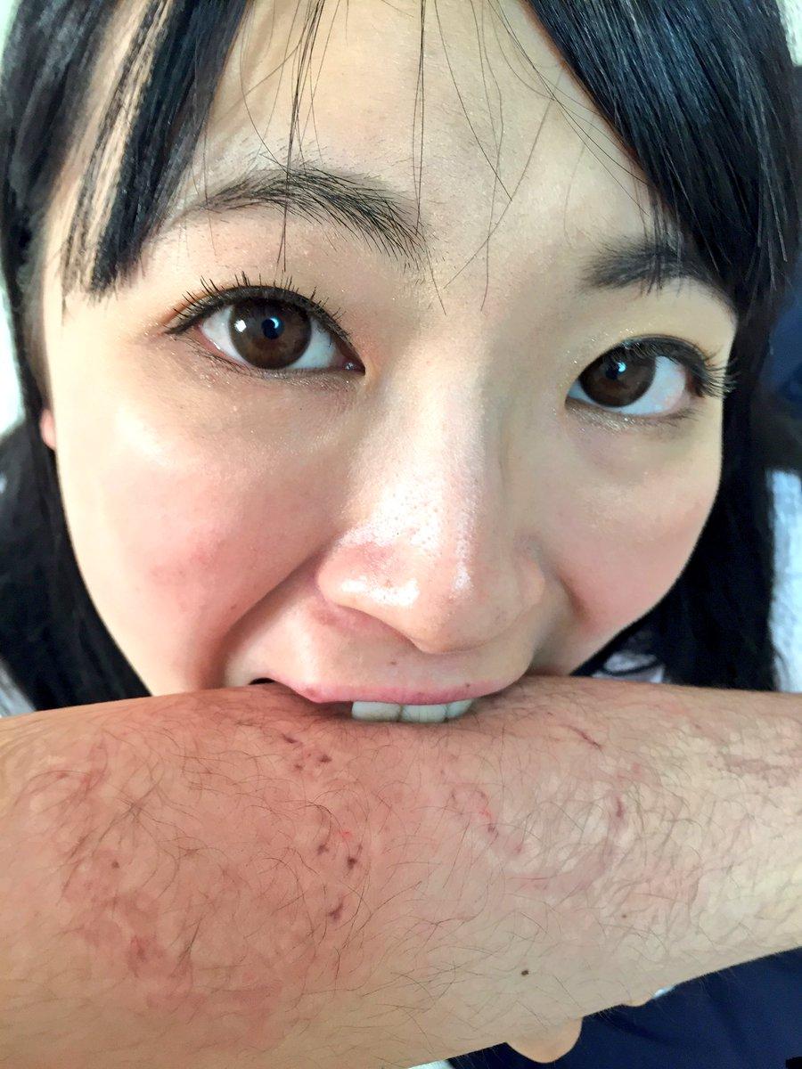 【エロ画像】大好きな男を「噛む」事に喜びを感じるまんさんをご覧くださいwwwwwww・24枚目