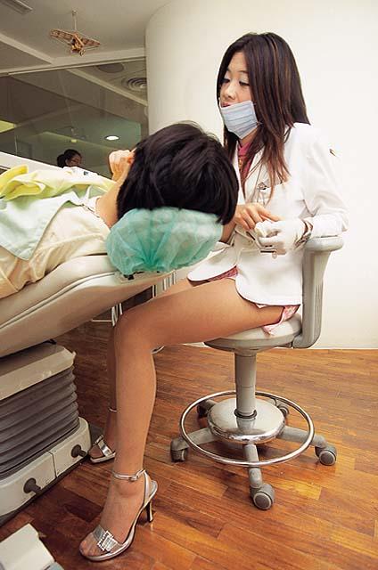 【有能】台湾のミニスカ歯科衛生士・・・完全に露出狂。(画像あり)・3枚目