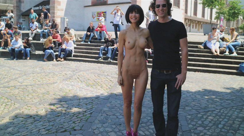 【露出狂】生乳とマンコをこどもにも触らせて逮捕されたヘンタイ女wwwwwwwww・4枚目