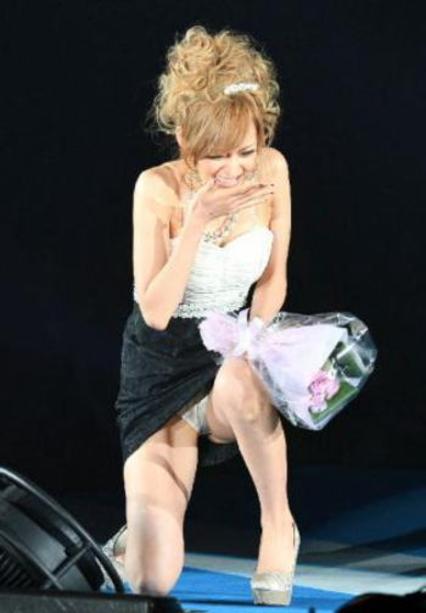 【悲 報】モデルまんさん、ショーで見事なパンチラを披露するwwwwwwwwwwwwwww(画像あり)・3枚目