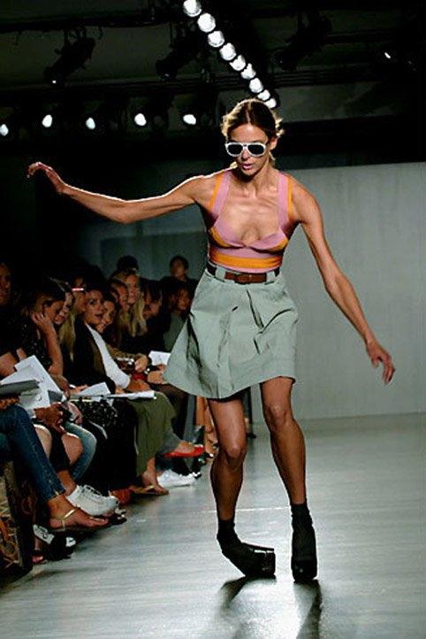 【悲 報】モデルまんさん、ショーで見事なパンチラを披露するwwwwwwwwwwwwwww(画像あり)・4枚目