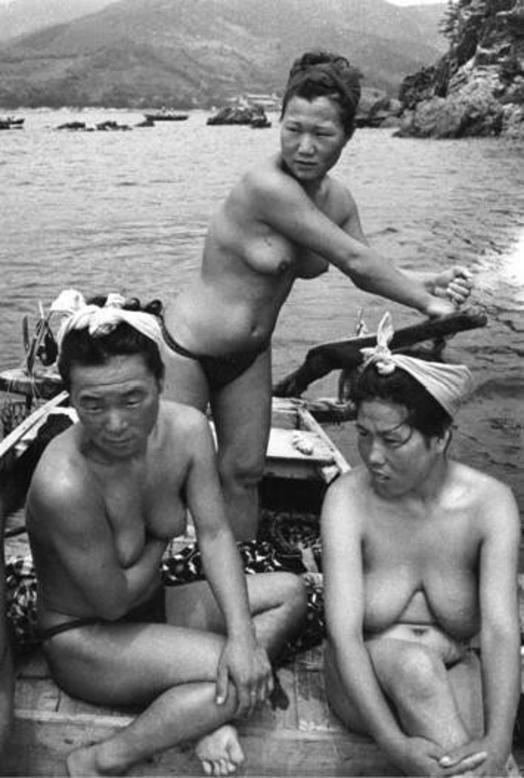 【画像あり】昭和の「海女さん」がお仕事してる写真が発見される。マジかぁwwwwwwwww・1枚目