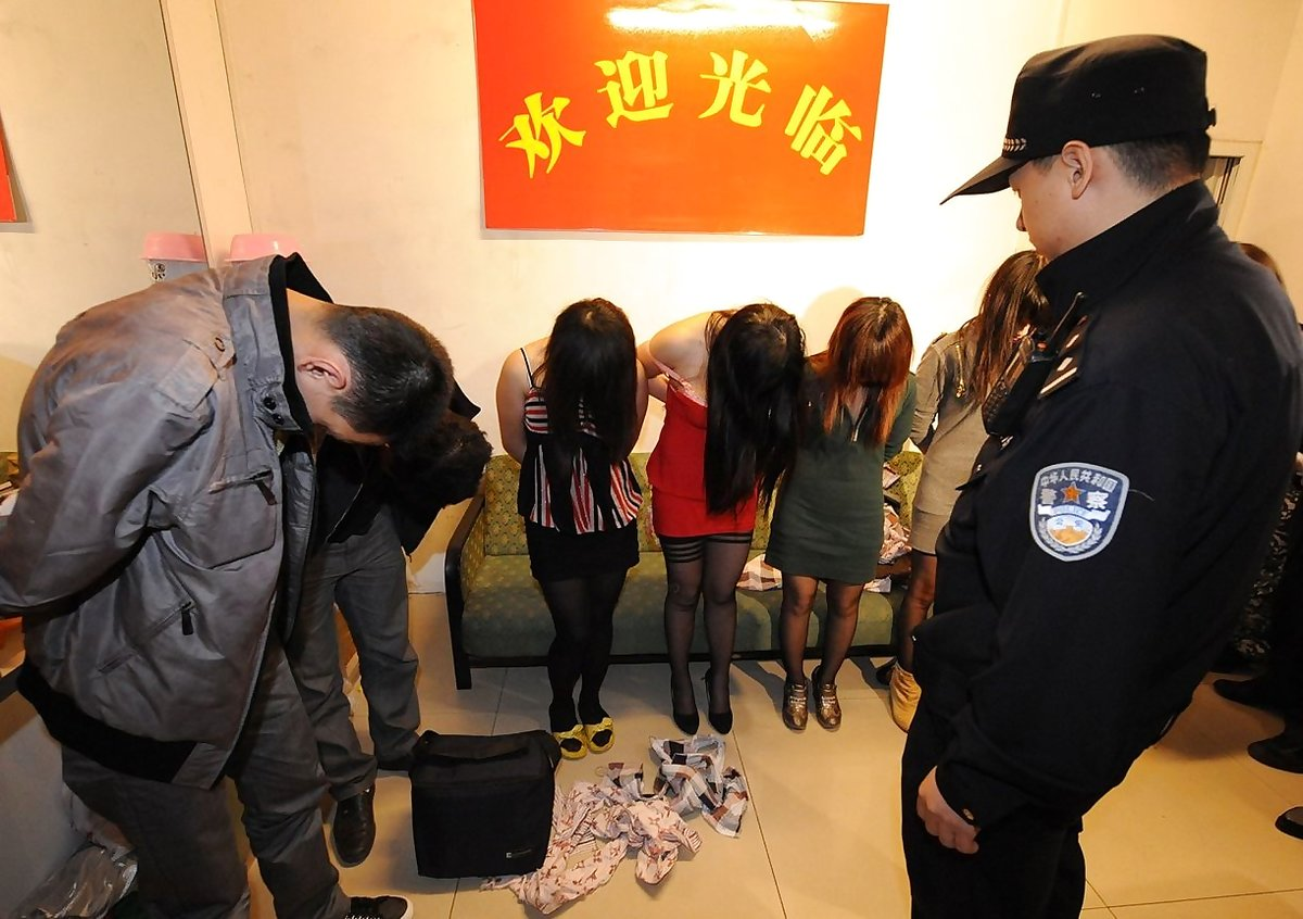 【草】違法風俗嬢たちの摘発の瞬間、、逮捕された上に裸まで晒されて草wwwwwwwwwwww(画像あり)・10枚目