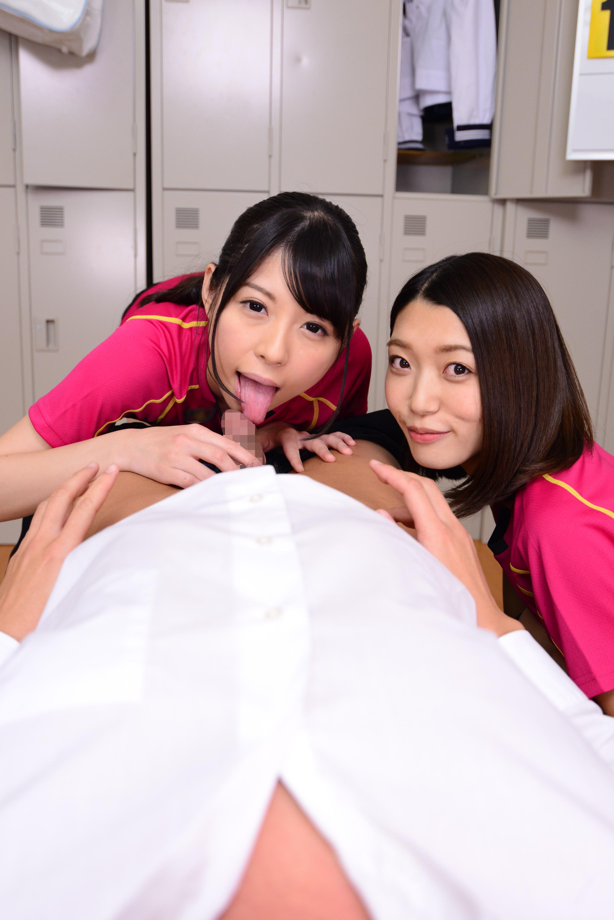 【エロ画像】制服女子が寄って集ってチンポを取り合う疑似体験ヤッバすぎwwwwwwwwwwwwww・23枚目