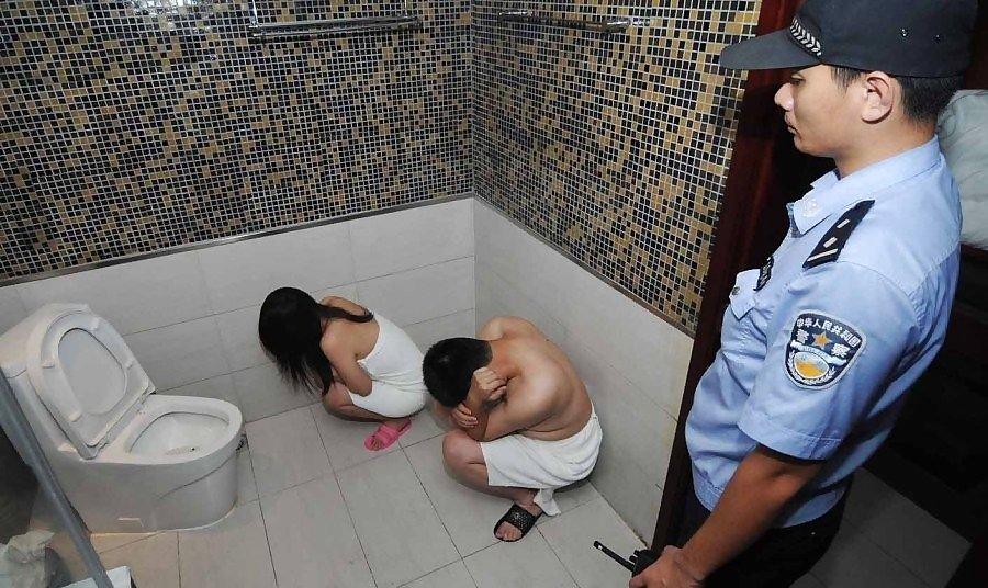 【草】違法風俗嬢たちの摘発の瞬間、、逮捕された上に裸まで晒されて草wwwwwwwwwwww(画像あり)・19枚目