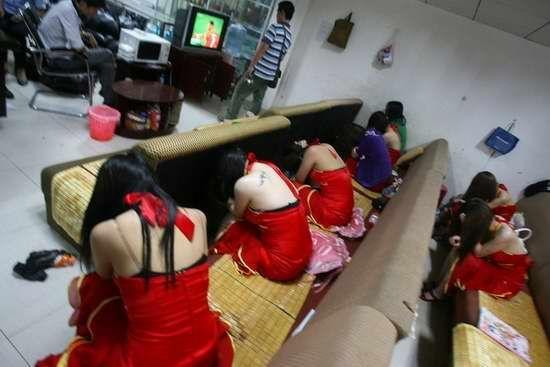 【草】違法風俗嬢たちの摘発の瞬間、、逮捕された上に裸まで晒されて草wwwwwwwwwwww(画像あり)・21枚目