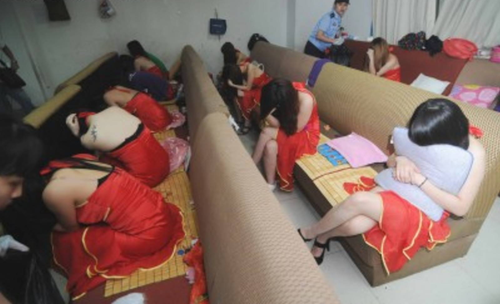 【草】違法風俗嬢たちの摘発の瞬間、、逮捕された上に裸まで晒されて草wwwwwwwwwwww(画像あり)・24枚目