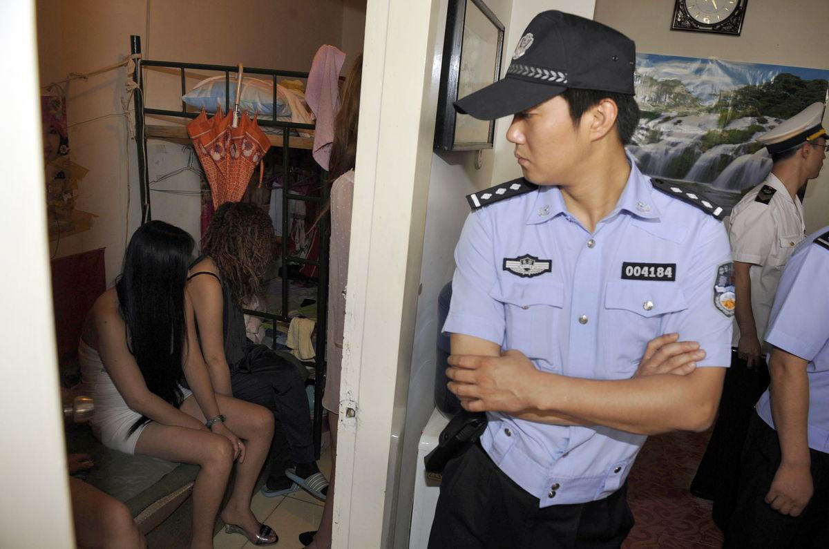 【草】違法風俗嬢たちの摘発の瞬間、、逮捕された上に裸まで晒されて草wwwwwwwwwwww(画像あり)・25枚目