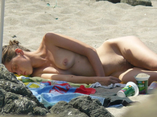 【エロ画像】ヌーディストビーチでやってはいけない事 No.1ってコレだよなwwwwwwwwwwwww・29枚目