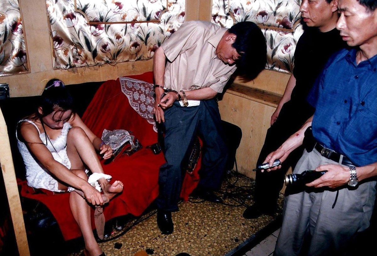 【草】違法風俗嬢たちの摘発の瞬間、、逮捕された上に裸まで晒されて草wwwwwwwwwwww(画像あり)・3枚目