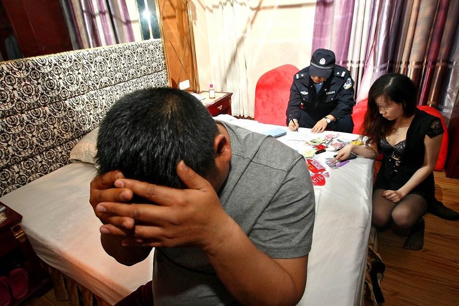 【草】違法風俗嬢たちの摘発の瞬間、、逮捕された上に裸まで晒されて草wwwwwwwwwwww(画像あり)・6枚目