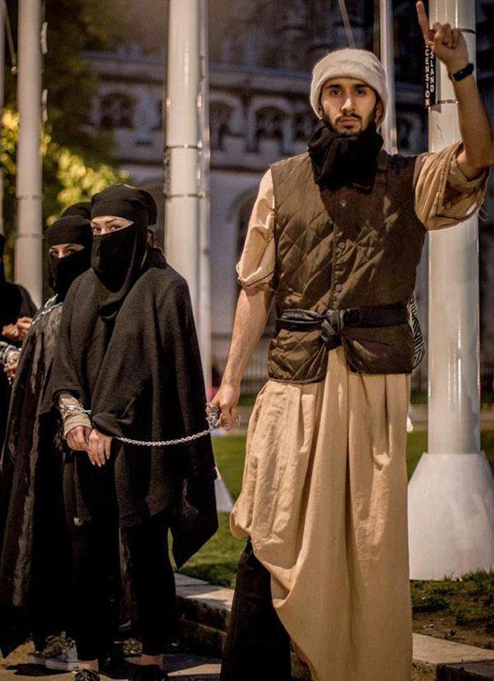 """【胸糞注意】ISISが仕切る""""奴隷市場""""の様子。。こんな国イヤだ・・・(画像あり)・7枚目"""