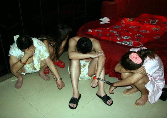 【草】違法風俗嬢たちの摘発の瞬間、、逮捕された上に裸まで晒されて草wwwwwwwwwwww(画像あり)・9枚目