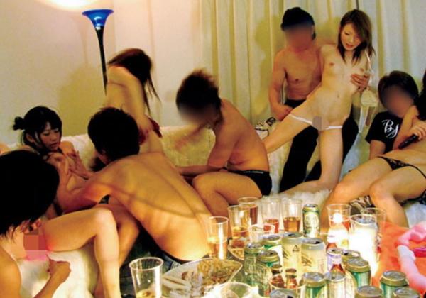 """【悪酔い】ノリが良すぎる若者男女が""""宅飲み""""するというなる。。羨まCwwwwwwwwwwwww(画像あり)"""