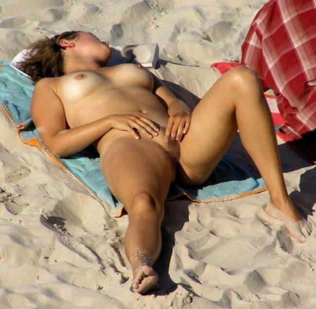 【エロ画像】ヌーディストビーチでこっそりオナニーしてる女が撮影されるwwwwwwwwwwwwww・10枚目