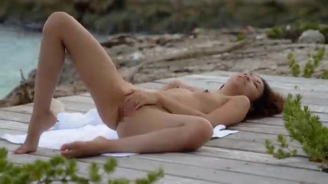 【エロ画像】ヌーディストビーチでこっそりオナニーしてる女が撮影されるwwwwwwwwwwwwww・16枚目