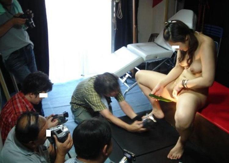 【衝撃】一眼レフでマンコを撮るこの撮影会なんや??なんだか闇が深い・・・(画像あり)・17枚目
