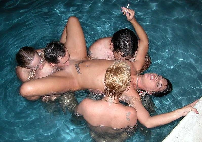 【うらやま杉】勝ち組大富豪の嗜み、全裸でプールパーティの画像集。・30枚目
