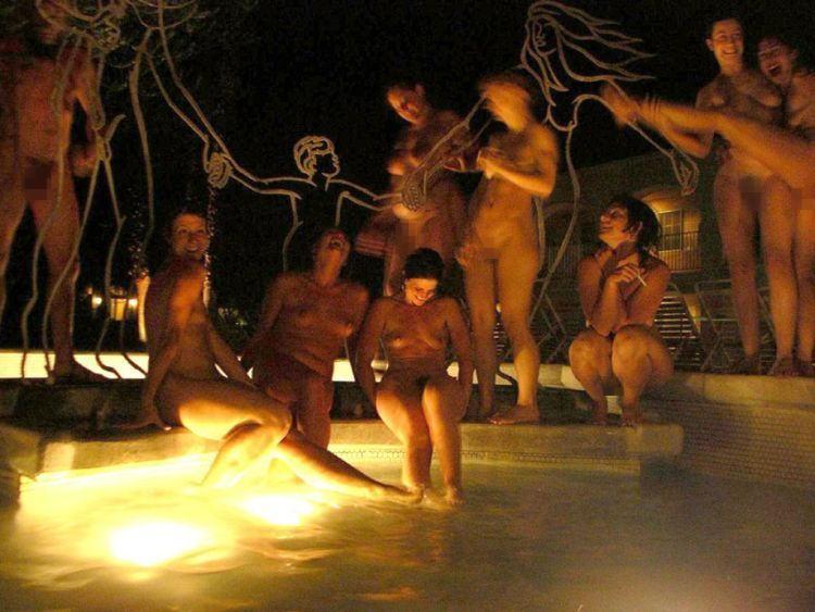 【うらやま杉】勝ち組大富豪の嗜み、全裸でプールパーティの画像集。・7枚目