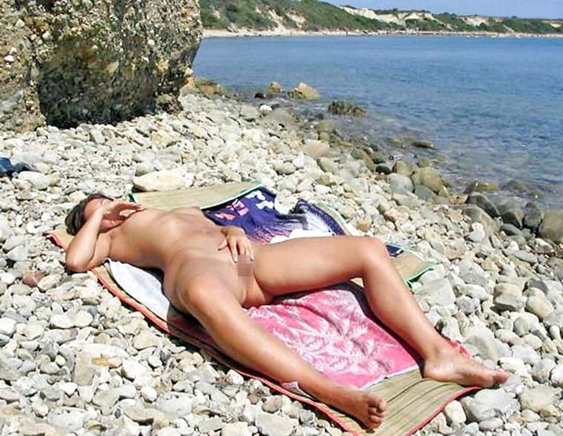 【エロ画像】ヌーディストビーチでこっそりオナニーしてる女が撮影されるwwwwwwwwwwwwww・7枚目